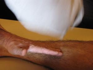 Démonstration de technique de massage sur un méridien tendinomusculalire de tai yin de pied