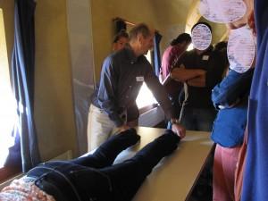 Christian MEYER en démonstration de massage du point TING du méridien de Tai Yang de pied (67Ve)