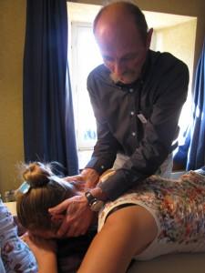 Christian MEYER en démonstration de massage de point (18IG) sur un méridien tendino-musculaire de tai yang de pied (Ve).