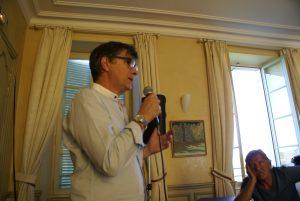 MARTINEZ Marc explique l'atelier massage sur la palpation pendant le temps de la séance.