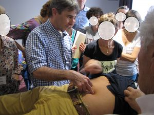 Diagnostic du bon fonctionnement des organes par la palpation ombilicale et périombilicale