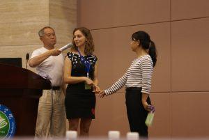 Nathalie Platteau en démonstration de massages de liaisons sur des massages linéaires de méridiens. Le professeur HOR Ting traduit en instantané!!!