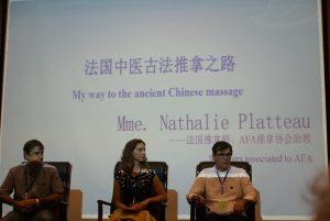 Il faut être très concentrés pour répondre aux nombreuses questions des médecins chinois et occidentaux.