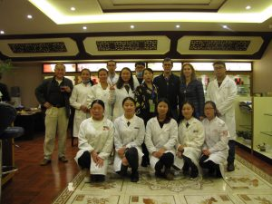 Les élèves ont posé pour immortaliser ce moment, ils étaient très intéressés; à droite le Professeur HOR Ting (Directeur de l'institut de Médecine Chinoise de l'Ouest).